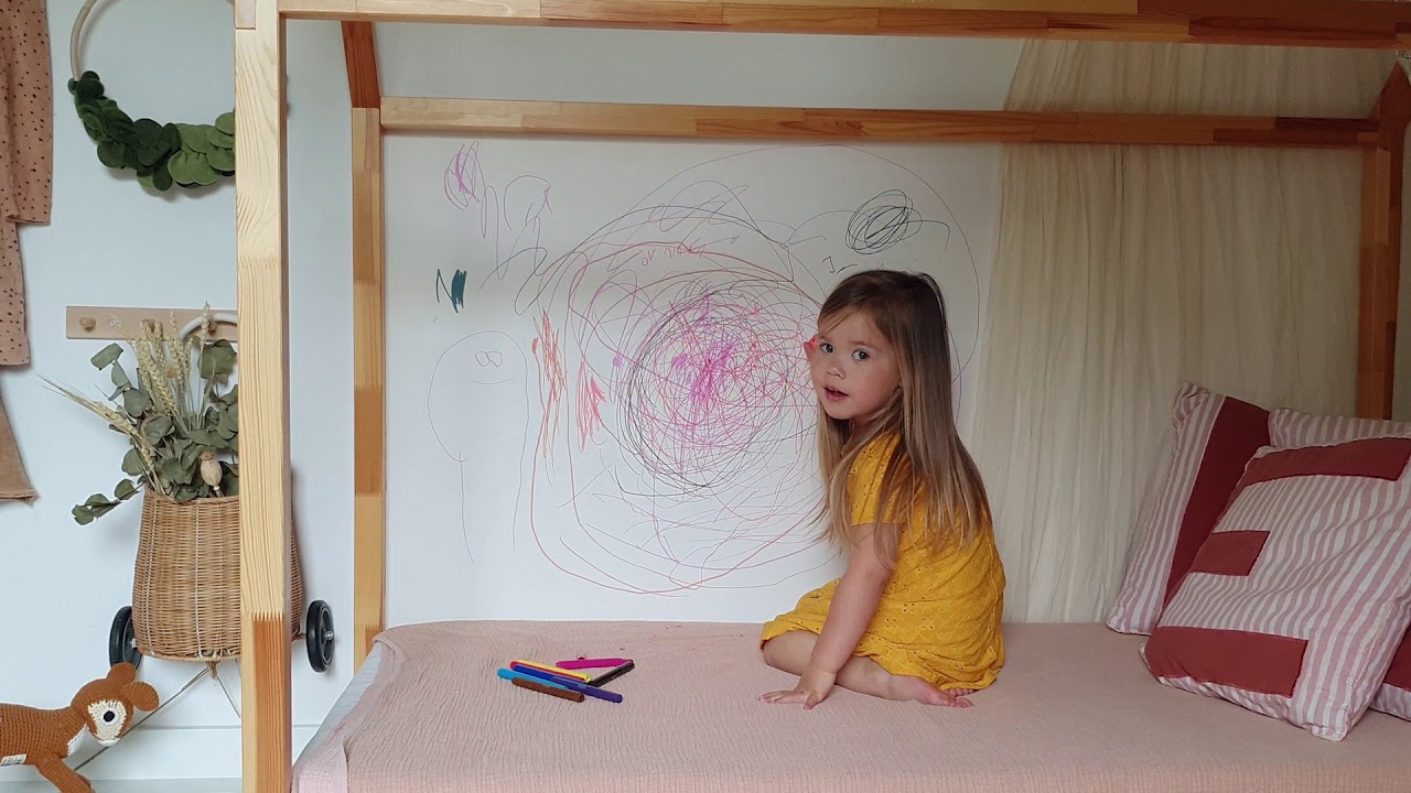 Kind model gecast om lekker stout te doen in deze online video
