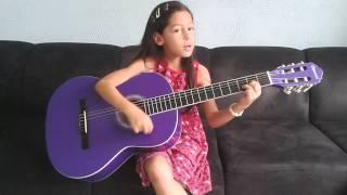 Isabella tocando e cantando hino Ester