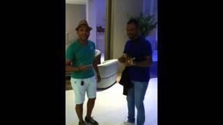 Alexandre  Pires dando palinha com fã em hotel