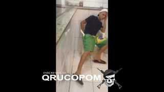 Policial joga Lança perfume na bunda do vagabundo #QRU CUPOM
