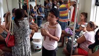 VIDEO EMOCIONANTE DE MENINO CANTANDO DENTRO DO TREM