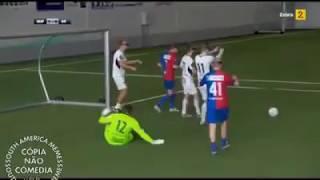 Jogo de Futebol com óculos VR ao som de A-ha - Take on Me (flauta desafinada)