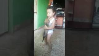 Menina dansando com o cachorro