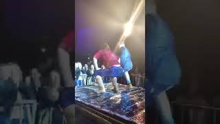 Chica se queda trabada al bailar hasta abajo en pleno escenario !!!