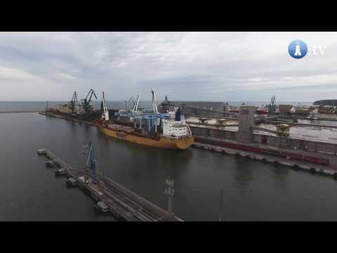 Załadunek suwnic RMG na statek Happy Delta