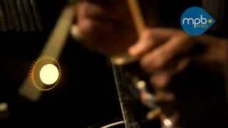 Carlinhos Brown berimbau e voz, canta Meia-Lua Inteira
