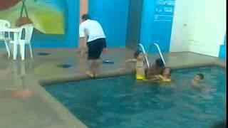 Tirada en la piscina