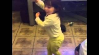 LMAOOO OMG dancing to her fav song LMAO REGGEATON, MOVES LIKE SHAKIRA