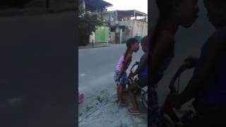Meninas de 4 anos brigam vejam o que acontece