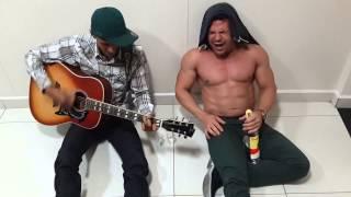 Eduardo Costa e Leo Nascimento cantando e bebendo cachaça