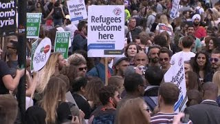 Europeus fazem manifestações pró e contra refugiados
