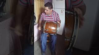 Tocando tambora en tema de la mona Jiménez