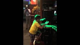 Antonio tocando los tambores