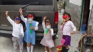 niñas gritando consignas el pueblo unido