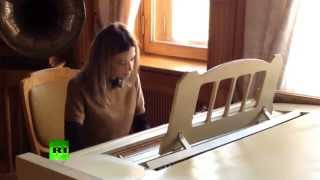 Prosecutie Poklonskaya polishes piano playing skills in Crimean palace