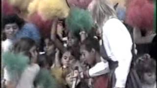 """Xuxa canta o """"Parabéns da Xuxa"""" em 1989"""