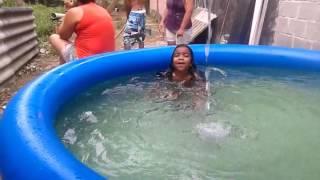 Menina de 5 anos na piscina