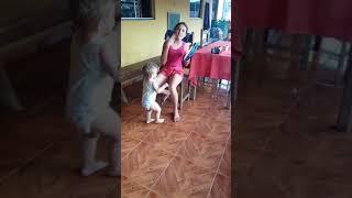 Criança dançando e tocando