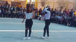 Niñas bailando Ddu du ddu en el colegio