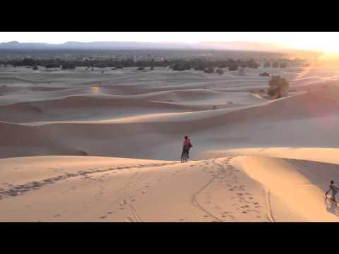 サハラ砂漠で遊ぶ子供達@モロッコ Children at the Sahara, Morocco
