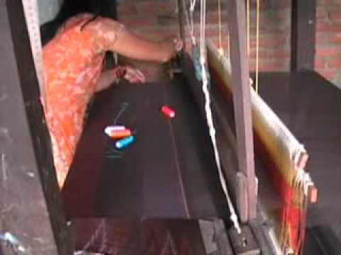 Yashodha Shrestha weaving a lungi 2