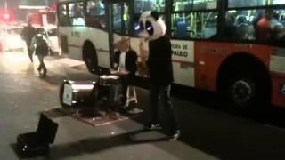 O Panda e o Cavalo tirando um som na Avenida Paulista