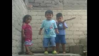 Niños bailando chicha