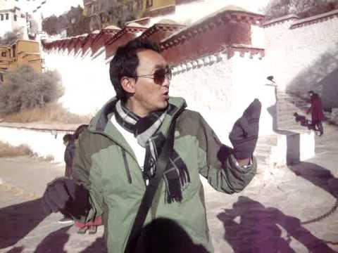 03 02 Prof. Juan Lázara filma a Damiang en el Palacio Potala.MPG