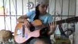 Milla tocando violão
