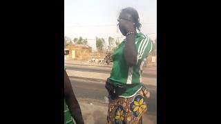 Les marchand ambulant au poste de peage de zorgho - Burkina faso