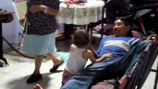 broma de serpiente (niña cogiendo serpientes y el tio se asusta)