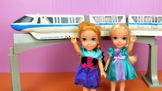 TRAIN ! Elsa and Anna toddlers - Disney monorail - racing cars