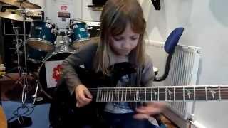Olhar de Mulher - Garotinha de 8 anos arrasando na guitarra