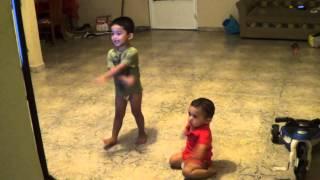 Giomar y Wigdiel bailando las canciones de Atención Atención