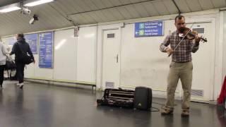 Completo! Versión completa de Despacito en violin por Simon Rondon en el Metro de Madrid