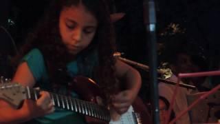 Maely , tocando a música/ Falta que vc faz