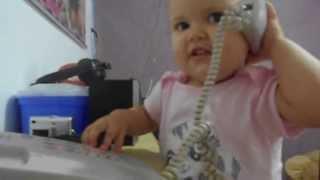 Sara atende telefone