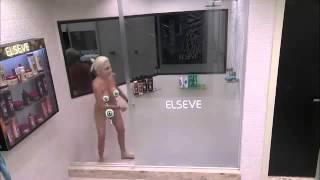 Clara tomando banho pelada