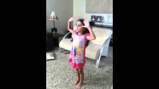 Minha Sofia dançando no Kinect, 05 aninhos.