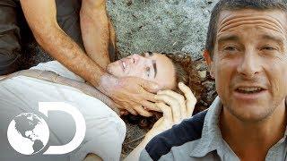 Participante desmaia por causa da fome | Ilhados com Bear Grylls | Discovery Brasil