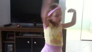Ana Livia brincando de Bailarina