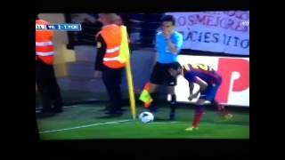 Dani Alves eats a banana on the field, good react to racism.