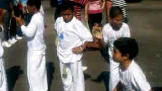 Touro Branco jogando capoeira na procissão de Ogum
