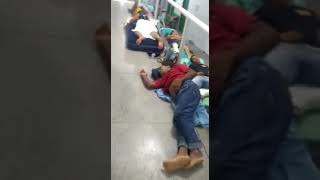 Pacientes e acompanhantes dormem no chão em hospital no Sul do Piauí