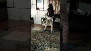 Menina de 9 anos dançando  mc Kevinho Papum