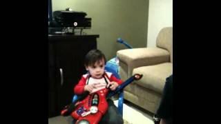 Bebe JD cantando e tocando É pagina virada de Jack & Jhonny