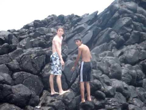 Alejandro Ramírez Mayorga y Fernando M. escalando rocas marinas