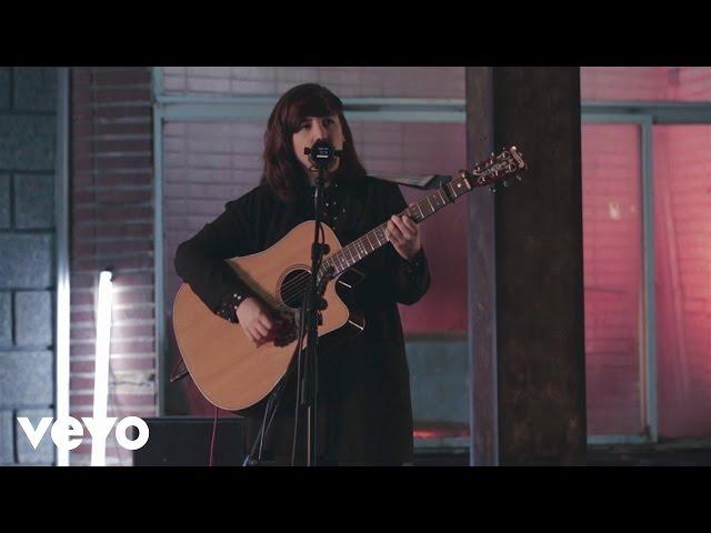 """video de una actuación de Joana Serrat interpretando """"Cold""""."""
