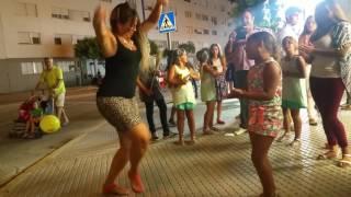 gitana bailando en la calle por bulerias una fiera