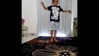 Criança de 6 anos dançando hip hop